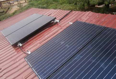 Solarzellen-auf-Dach.JPG