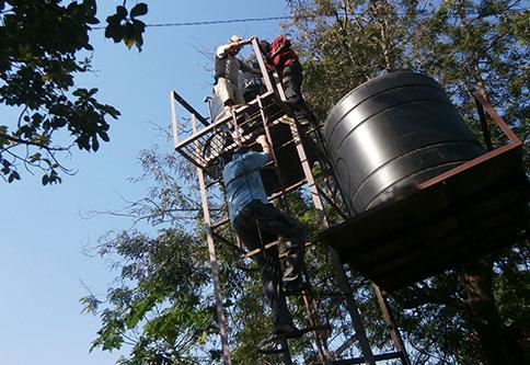 Wassercontainer-neben-kiosque-deau.JPG